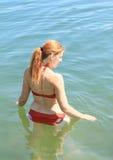 站立在水中的女孩 免版税图库摄影