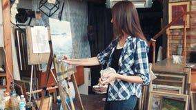 站立在绘画前面的艺术家在演播室 影视素材