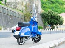 站立在黑山的街道上的摩托车 免版税库存图片