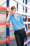 站立在仓库里的女商人 库存图片
