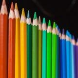 站立在黑暗的背景的几支色的铅笔 免版税库存图片