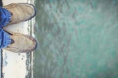 站立在水泥边缘的脚 库存照片