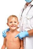 站立在医生旁边的一个愉快的孩子的画象 库存图片