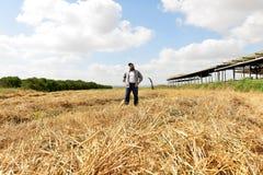 站立在他的领域中间的骄傲的农夫 免版税图库摄影