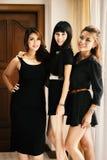 站立在黑礼服的年轻亚裔性感的妇女 免版税库存照片