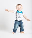 站立在滑稽的冲浪的Posistion的婴孩 免版税库存照片