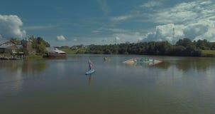 站立在直立桨冲浪的女孩 股票视频