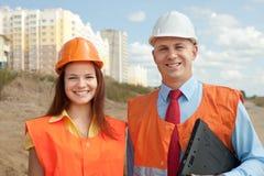 站立在建筑工地的建造者 免版税库存图片