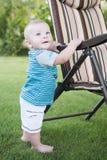 站立在绿色草坪的小孩 库存图片