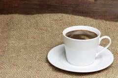 站立在麻袋布的白色咖啡 免版税库存照片