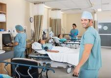 站立在医院同水准单位的男性护士 免版税库存照片