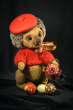 站立在贝雷帽的玩偶棕色猬 库存照片
