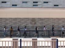站立在总领事馆的一个队列的人们美国前面3 免版税库存照片