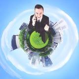 站立在3D城市的成功的商人 库存图片