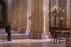 站立在Batalha修道院里的游人  库存图片