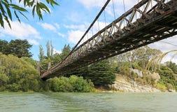 站立在Clifden吊桥下 库存图片