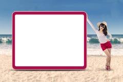 站立在copyspace旁边的可爱的妇女 免版税库存图片