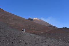 站立在Etna倾斜-最高的活火山的人剪影在欧洲 免版税库存图片