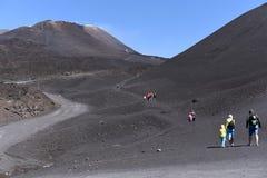 站立在Etna倾斜-最高的活火山的人剪影在欧洲 库存照片