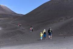 站立在Etna倾斜-最高的活火山的人剪影在欧洲 免版税图库摄影