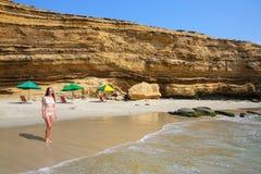 站立在La麦纳海滩的比基尼泳装的少妇在Paracas Natio 库存图片