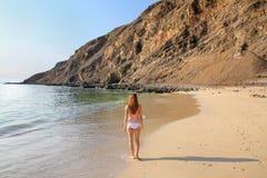 站立在La麦纳海滩的比基尼泳装的少妇在Paracas Natio 免版税库存照片