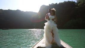 站立在longtail小船的婚礼夫妇 股票录像