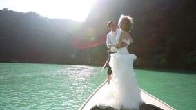 站立在longtail小船的婚礼夫妇 影视素材
