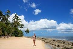 站立在Makaha& x27海滩的比基尼泳装的少妇; 海岛n 库存图片