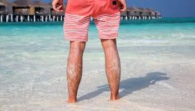 站立在Maldivian海滩的人 库存图片