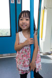 站立在MRT运输里面的亚裔中国小女孩 图库摄影