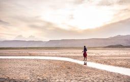 站立在Natron湖附近的马塞语 免版税库存图片