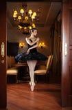 站立在pointes的黑芭蕾舞短裙的芭蕾舞女演员 免版税库存照片