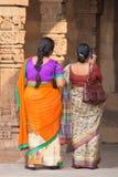 站立在Quwwat Ul回教清真寺, Qu庭院里的印地安妇女  免版税库存图片