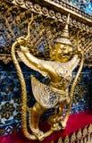 站立在wat pha kaew的金黄garuda样式 免版税库存图片
