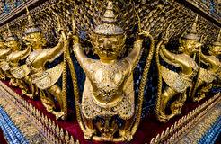站立在wat pha kaew的金黄garuda样式 免版税库存照片