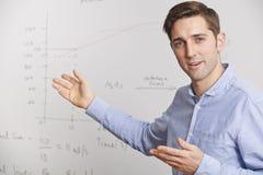 站立在Whiteboard前面的老师 图库摄影