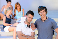 站立外部学院夏天的两个学生男孩 免版税库存图片