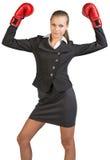 站立女实业家佩带的拳击手套  免版税库存图片