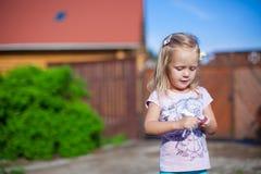 站立好的女孩室外,获得乐趣和 免版税图库摄影