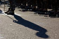 站立对注意(Birtish军队攻击开始日游行)的阴影 免版税库存照片