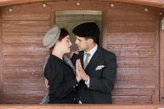 站立年轻愉快的美好的夫妇快乐在火车 库存照片