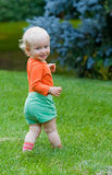 站立微笑的婴孩室外 库存图片