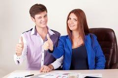 站立愉快的企业的夫妇画象一起隔绝在白色背景 库存照片
