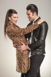 站立愉快的时尚的夫妇面对面 免版税库存图片