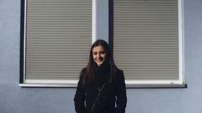 站立户外在阳光的可爱的被启发的少女,享受好日子 股票视频