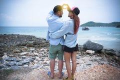 站立拥抱和神色入彼此的夫妇眼睛 免版税库存图片