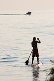 站立桨冲浪 免版税库存照片