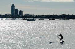 站立桨搭乘(一口) -休闲和体育 免版税库存图片