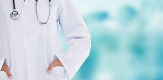 站立用在口袋的手的女性医生的综合图象 库存照片